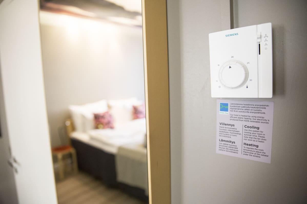 Ilmastointi on asetettu 20 asteen paikkeille kaikissa Hotelli Helkan huoneissa.