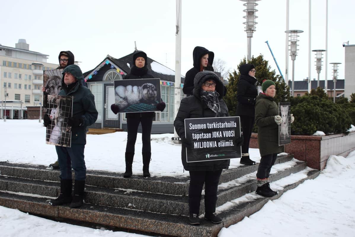 Oikeutta eläimille Seinäjoen paikallisryhmän hiljainen mielenosoitus.