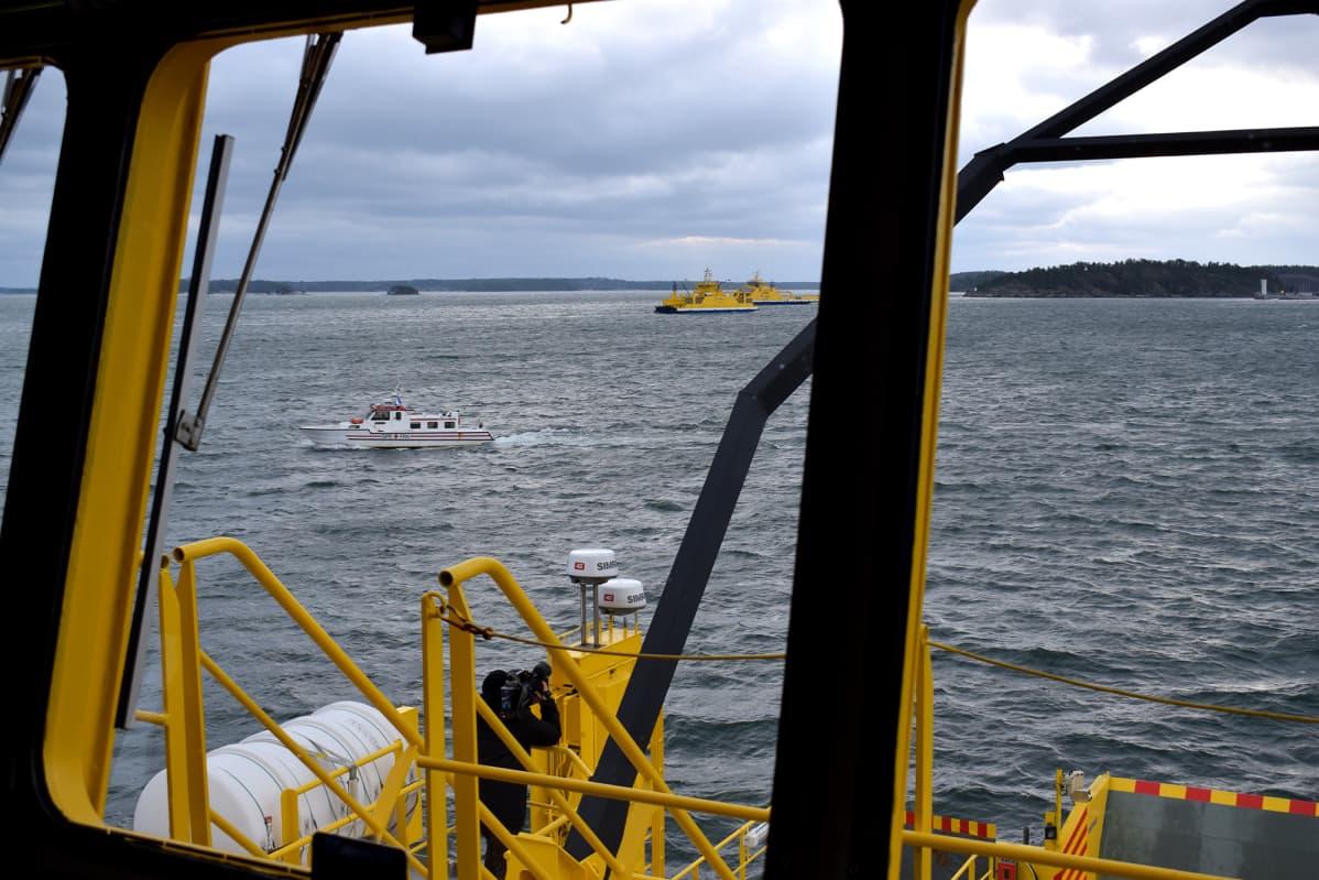 Maantielautta Falco väistää muita aluksia testimatkallaan.