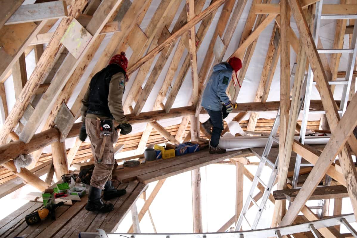 Liperiläinen pariskunta rakenteilla olevan ekotalon rakennustelineillä.