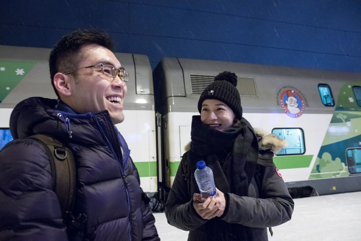 Pekingiläiset Li Bingyuan ja Wang Shang saapuvat junalla Rovaniemelle