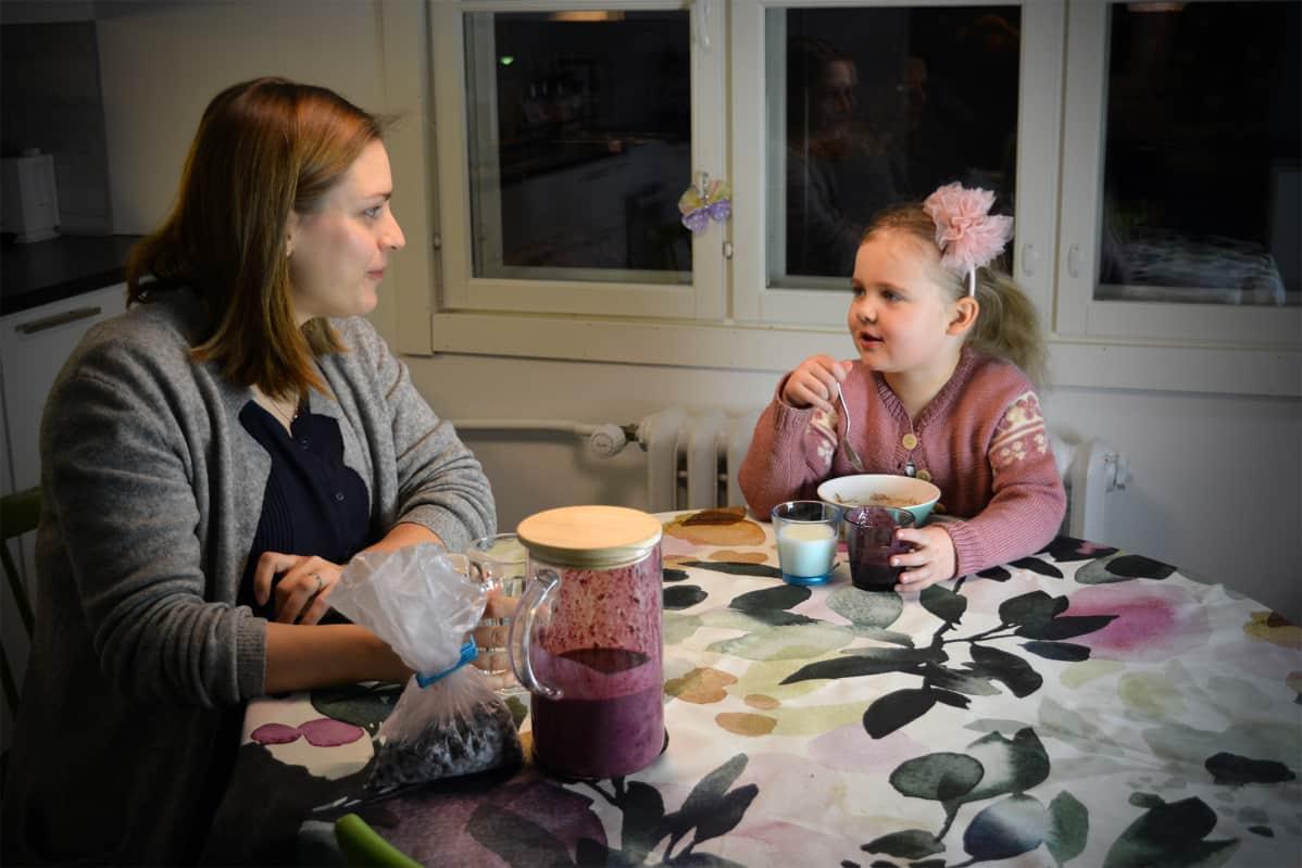 Sara Sillanpään ja 4-vuotiaan Viljan aamupala sujui tällä kertaa hyvinkin rauhallisesti.