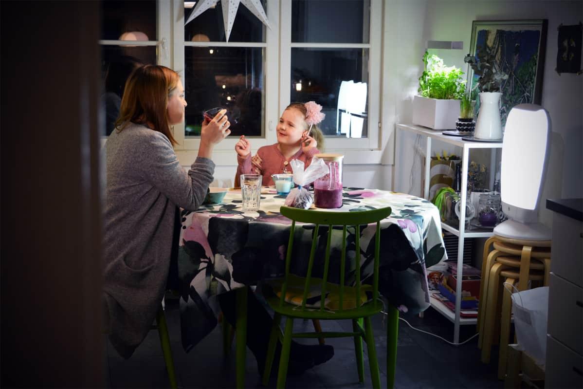 Rauhallinen aamupalahetki vaasalaisen Sara Sillanpään kotona.