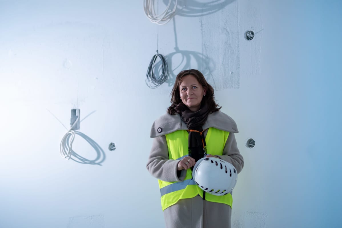 Skanska Kotien myynti- ja markkinointijohtaja Marja Kuosma myynnissä olevassa Munkkiniemen uudiskohteessa.