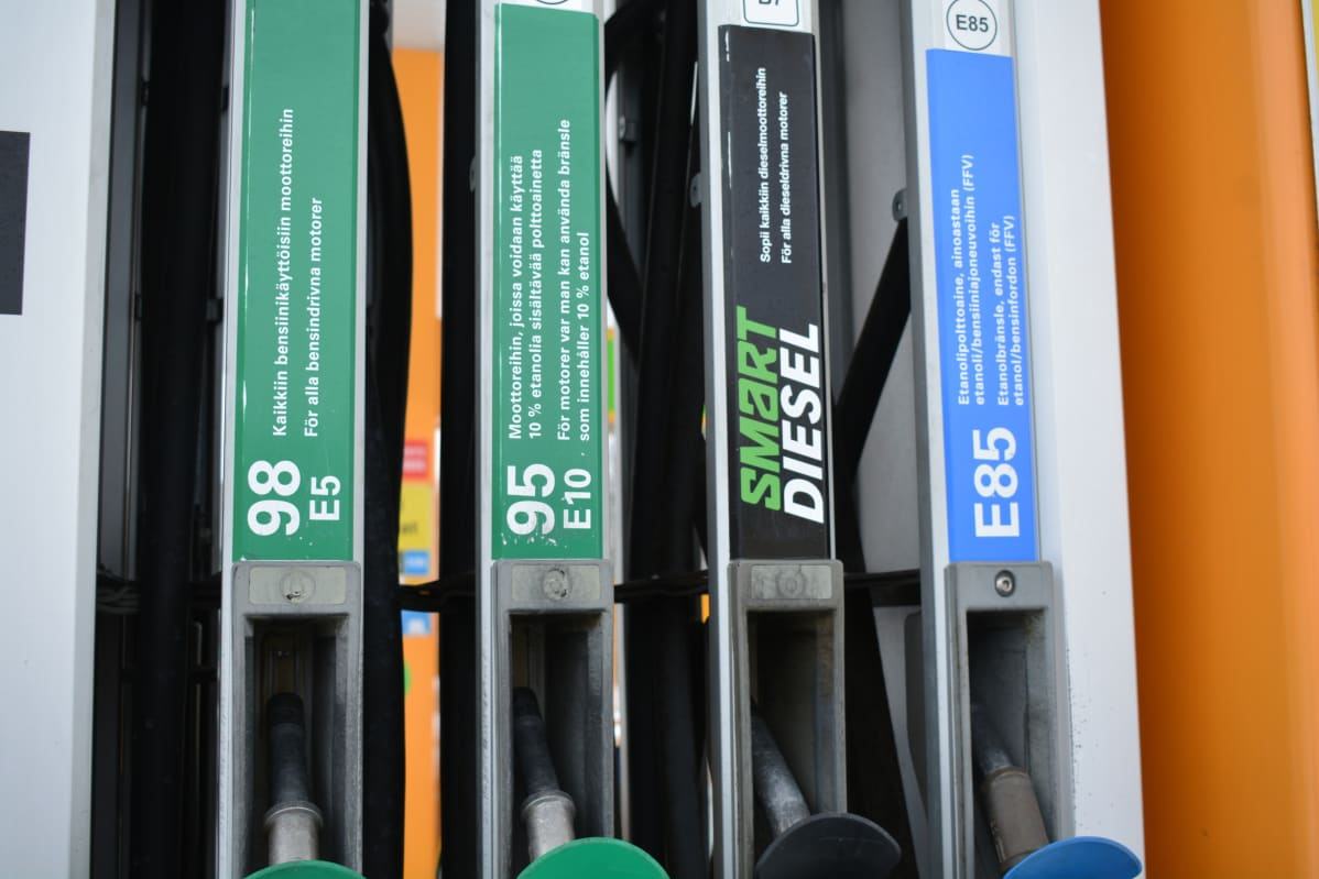 Polttoainepistoolit bensa-asemalla