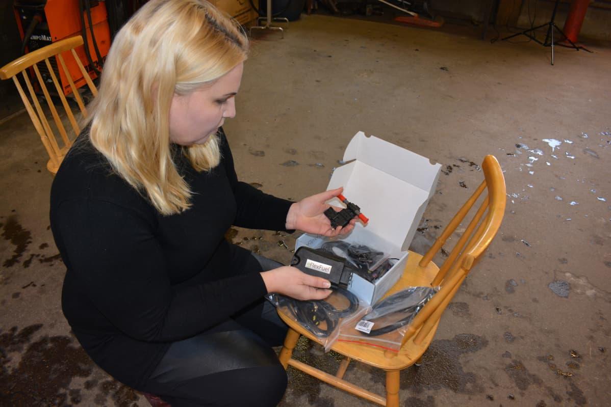Katriina Laine esittelee asennussarjaa