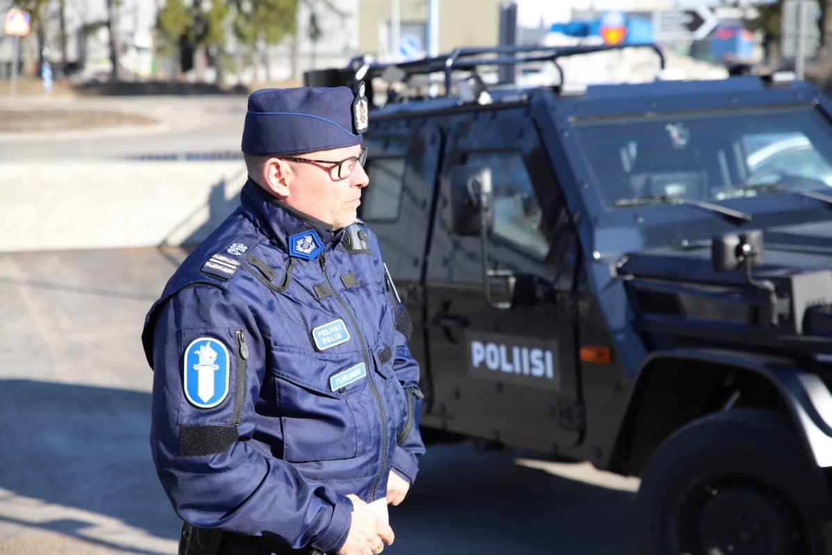 Komisario Ari Turunen ja ensimmäinen Hämeen poliisilaitoksen panssaroitu maasturi.