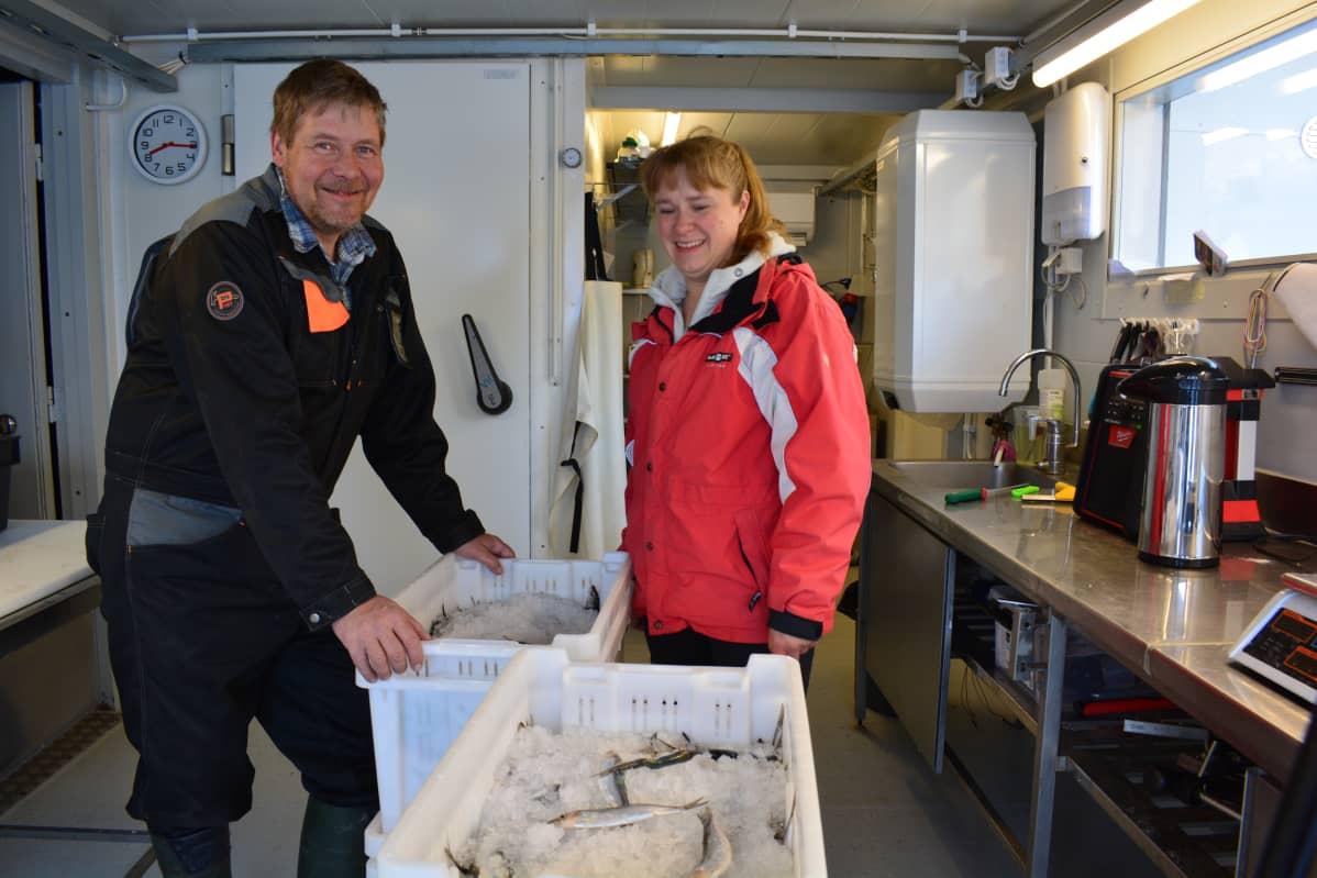 Jukka ja Saija Toivanen pakkaavat silakoita kauppa-autoon.