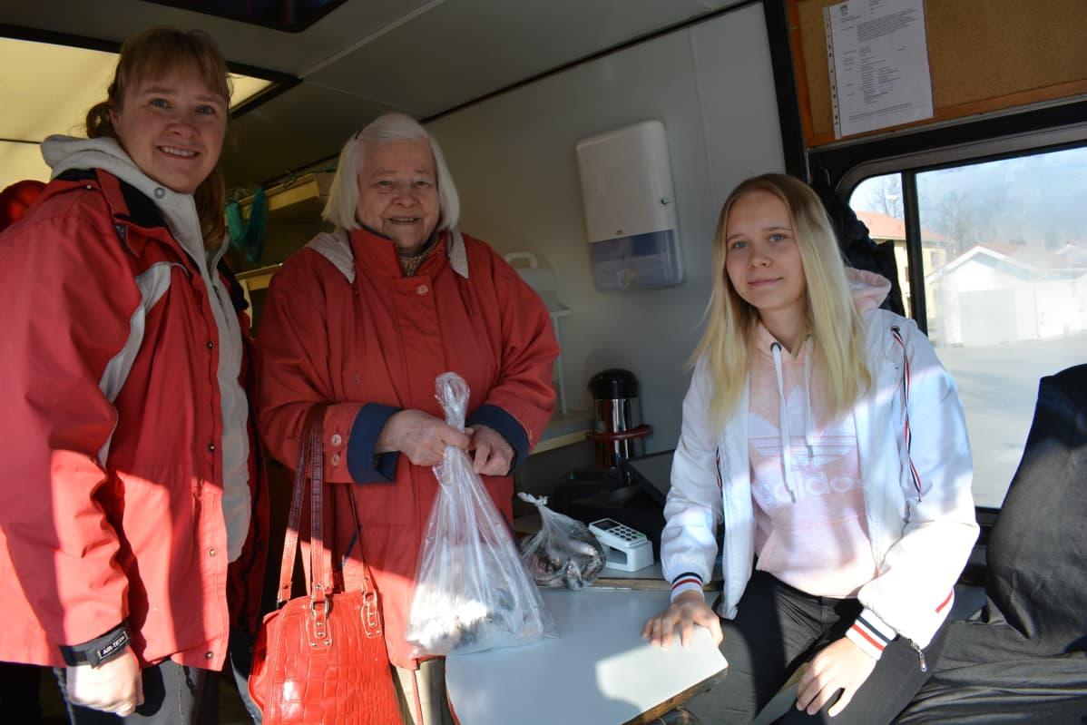 Saija Toivosen (vas.) apuna on tytär Jasmin Toivonen, joka hoitaa kassaa.
