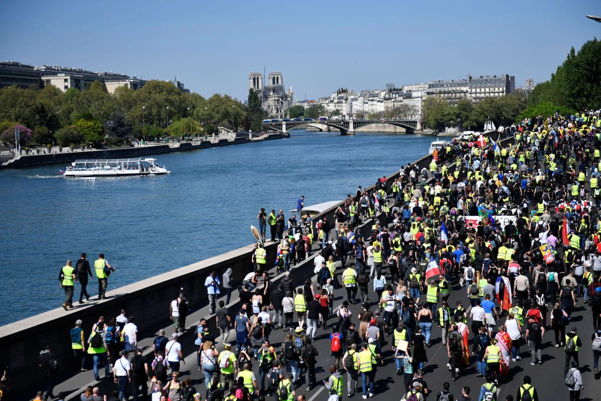 Sosiaalista oikeudenmukaisuutta penäävät keltaliivit aloittivat lauantaisin pidettävät mielenosoitusmarssit jo viime vuoden puolella.
