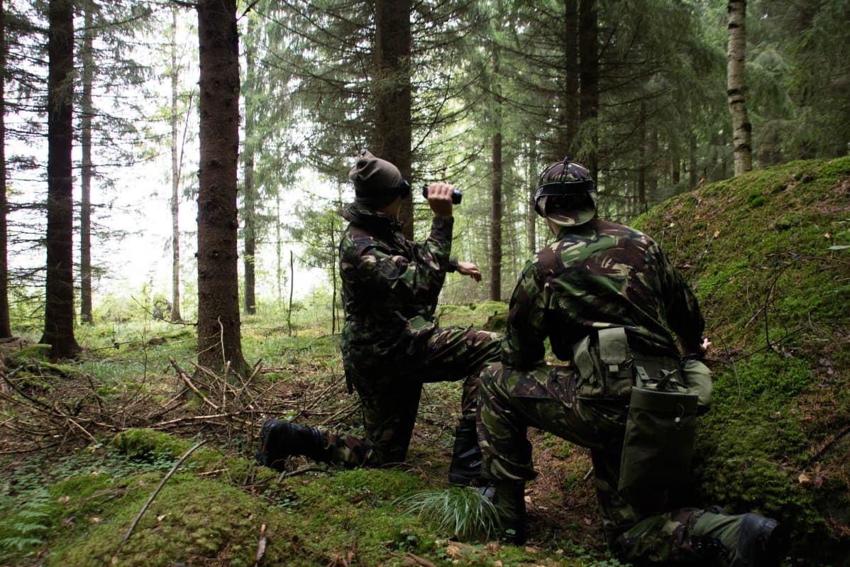 Airsoftia pelaamassa metsän keskellä.