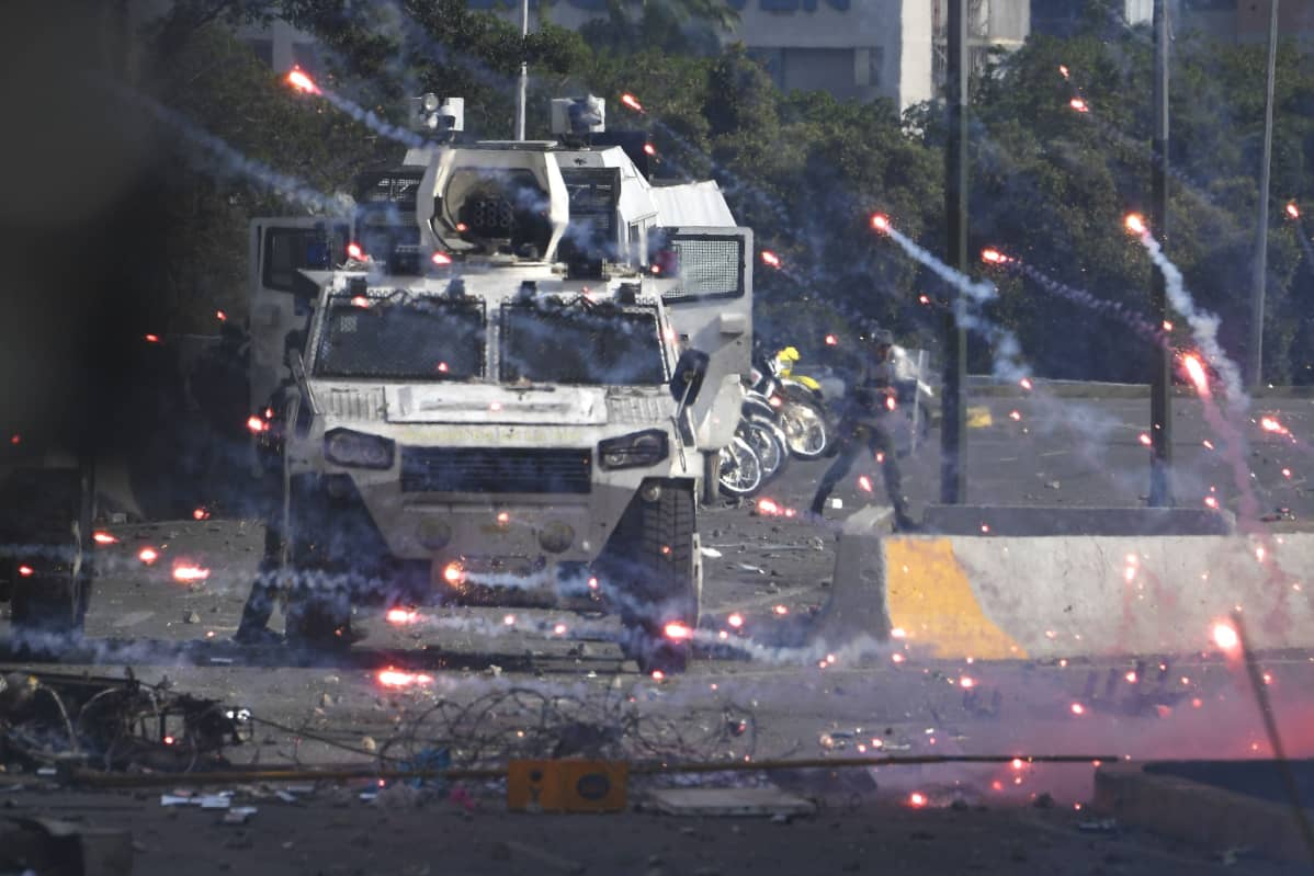 Venezuelan armeija ja opposition kannattajat ottivat yhteen Caracasin kaduilla vappuaattona.