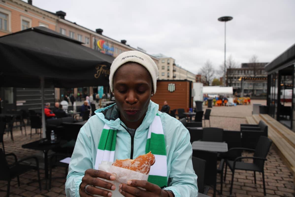 Jamaikalainen Kerron Stewart syö Possoa Kotkan torilla.