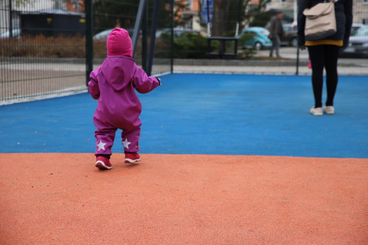 Lapsi leikkipuistossa.