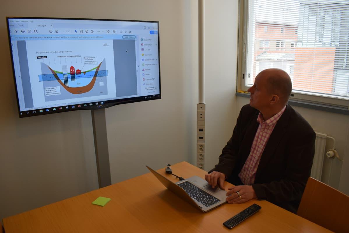 Professori Jussi Leveinen katsoo internetistä löytyvää raporttia Turun toriparkin suunnitelmista.