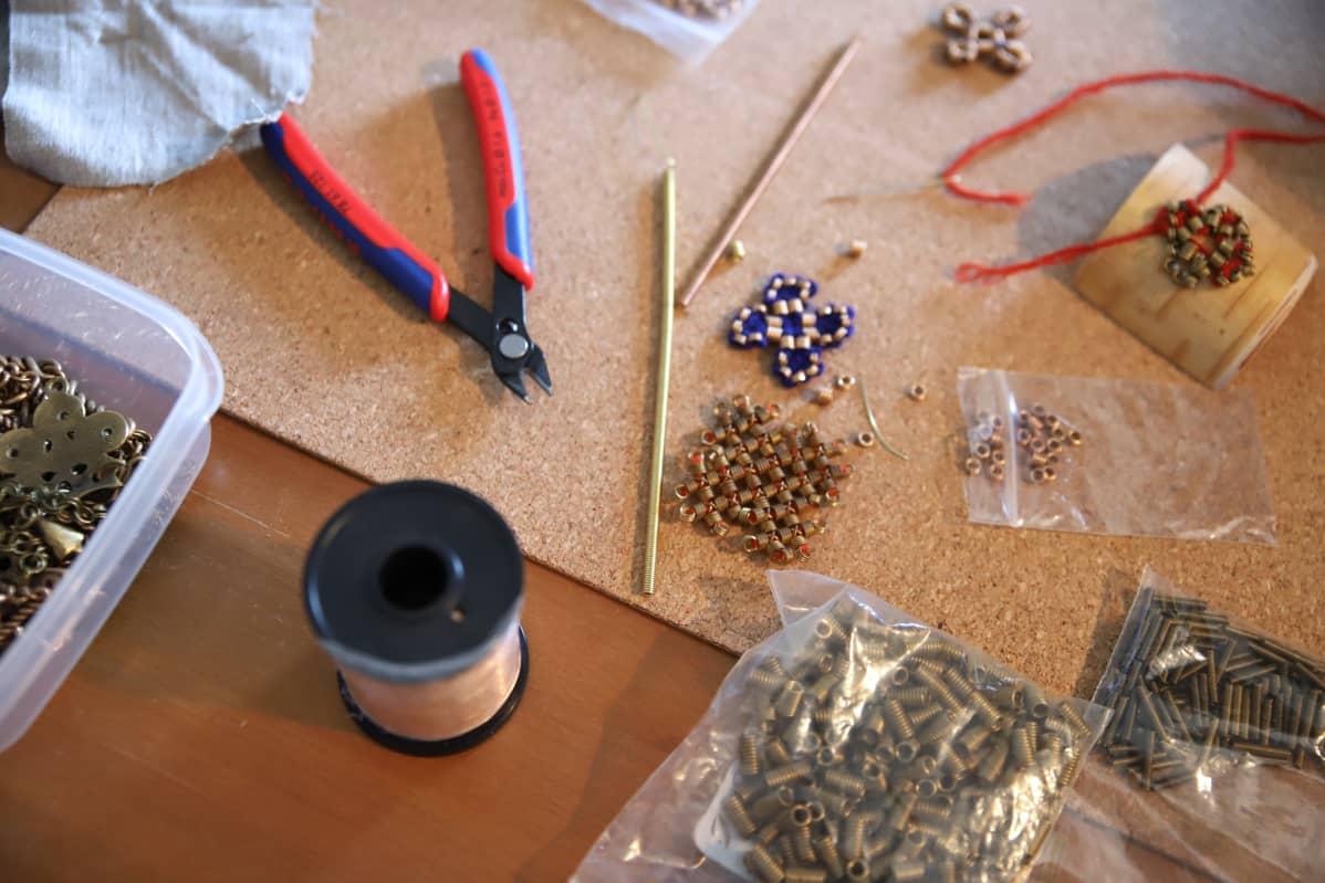 Muinaispukujen tekeminen sisältää runsaasti työvaiheita.