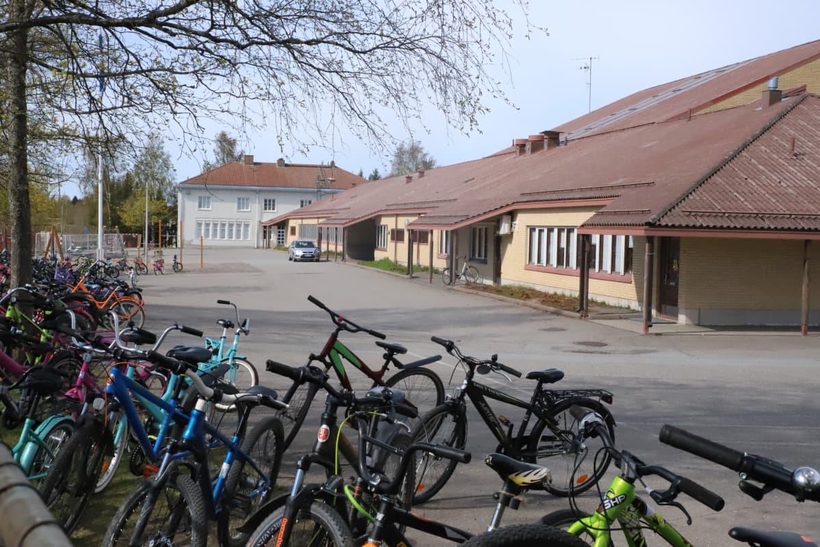 Vähärauman koulu pihalla polkupyöriä.