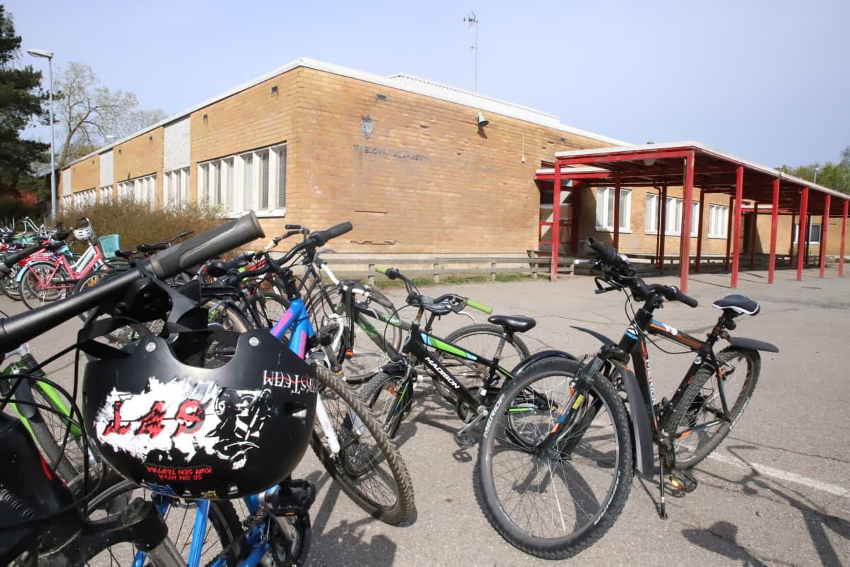 Polkupyöriä kasassa Toejoen koulun pihalla.