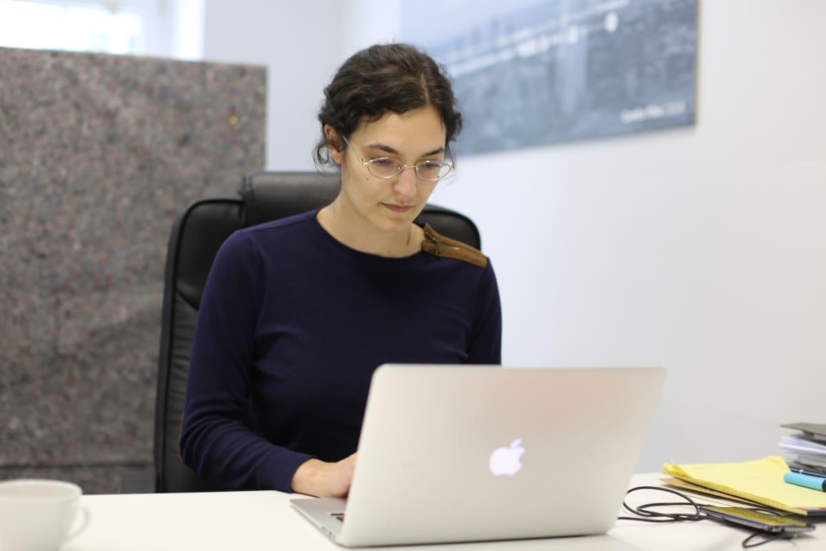 Tania Röttger työskentelee saksalaisella Correctiv-faktantarkistussivustolla.