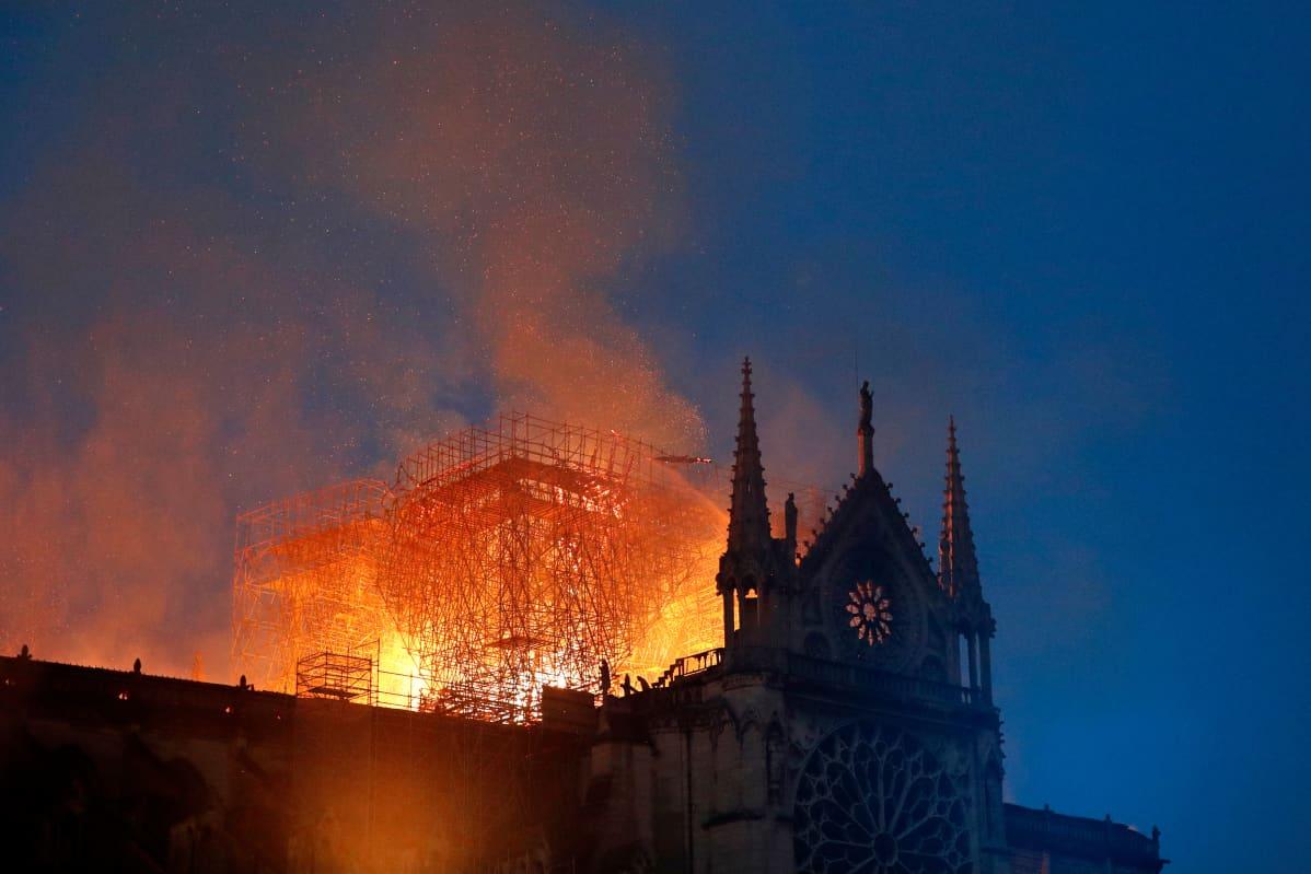 Huhtikuussa levisi erityisen paljon valeuutisia pariisilaisen Notre Dame -katedraalin palosta. Valeuutisissa väitettiin Ranskan keltaliivimielenosoittajien olleen palon takana, vaikka todellisuudessa palo sai alkunsa sähkön oikosulusta.