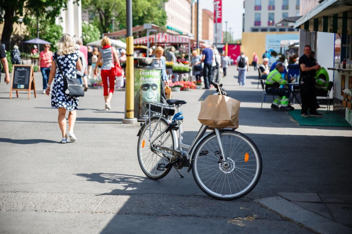 Pyörä Turun kauppatorilla.