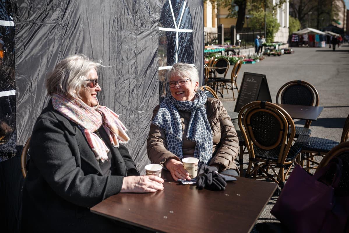 Kaksi naista kahvilla ulkona Turun kauppatorilla.