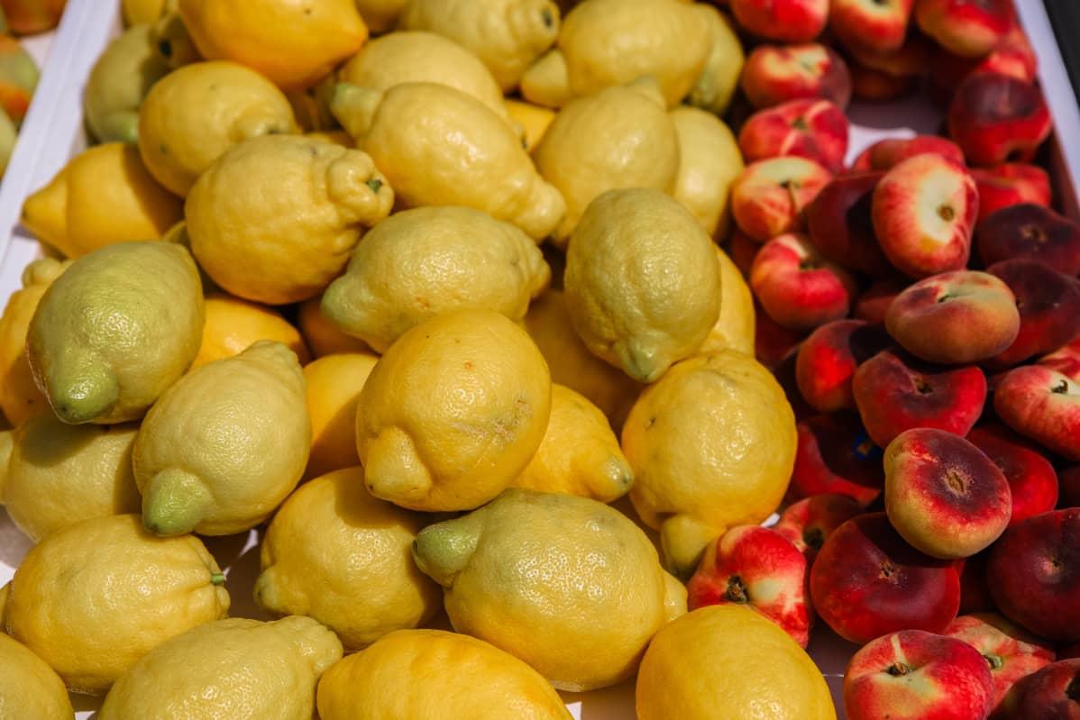 Sitruunoita ja persikoita.