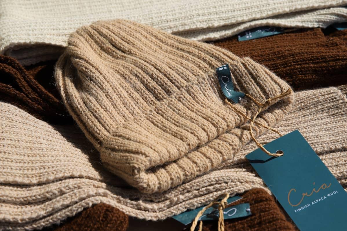 Cria-merkkisiä alpakan villasta tehtyjä huiveja sekä pipo.
