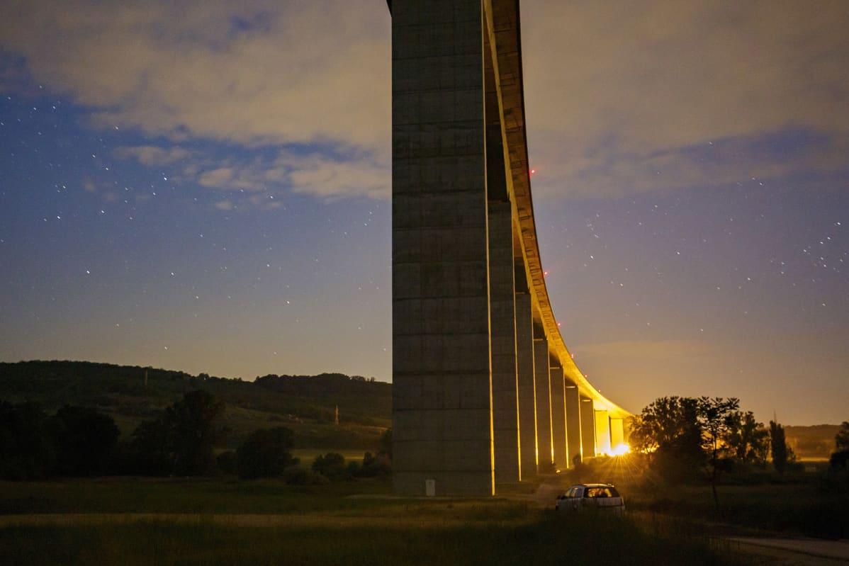 Pitkä silta ylittää laakson Unkarissa.