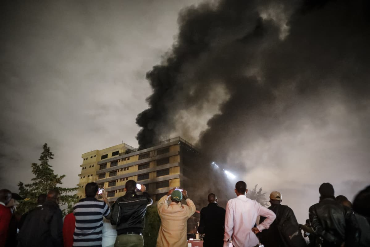 Ihmiset kuvaavat liikerakennuksen tulipaloa Nairobissa.