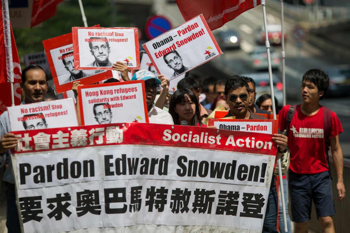 Mielenosoittajat vaativat Snowdenin armahtamista Hongkongissa.