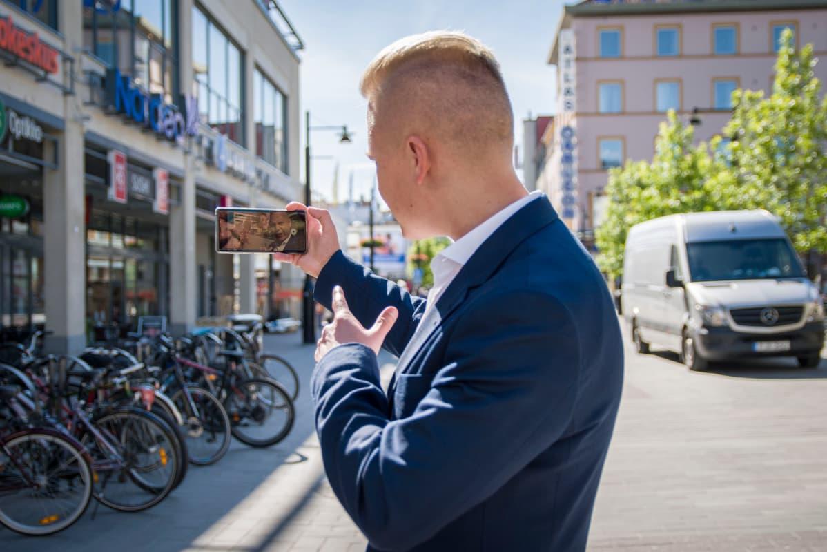 Janne Immonen kuvaamassa videota Instagram-tililleen Kuopion keskustassa kesällä 2019.