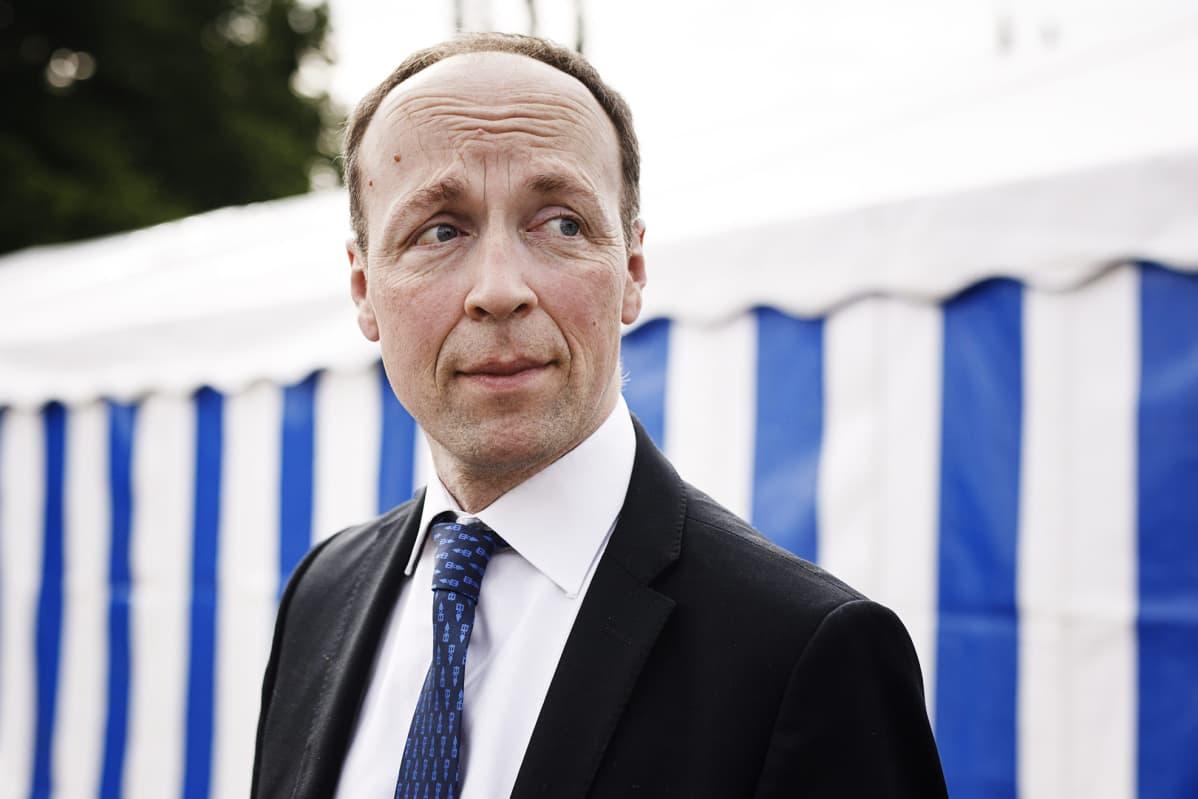 Suurimman oppositiopuolueen perussuomalaisten puheenjohtaja Jussi Halla-aho Kultaranta-keskustelut tilaisuudessa Naantalissa 17. kesäkuuta.