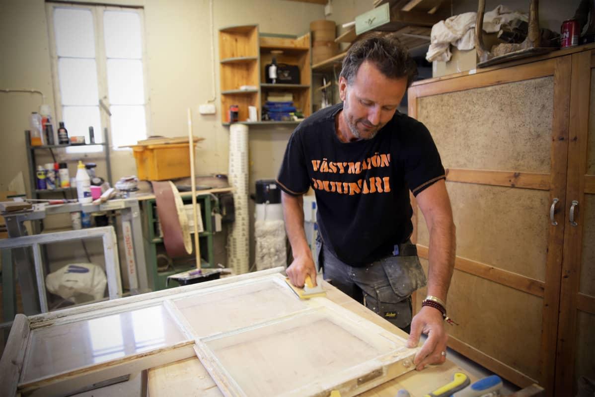 Ari Haukka nauttii vanhan remontoimisesta. Tässä työn alla juna-aseman ikkunoita.