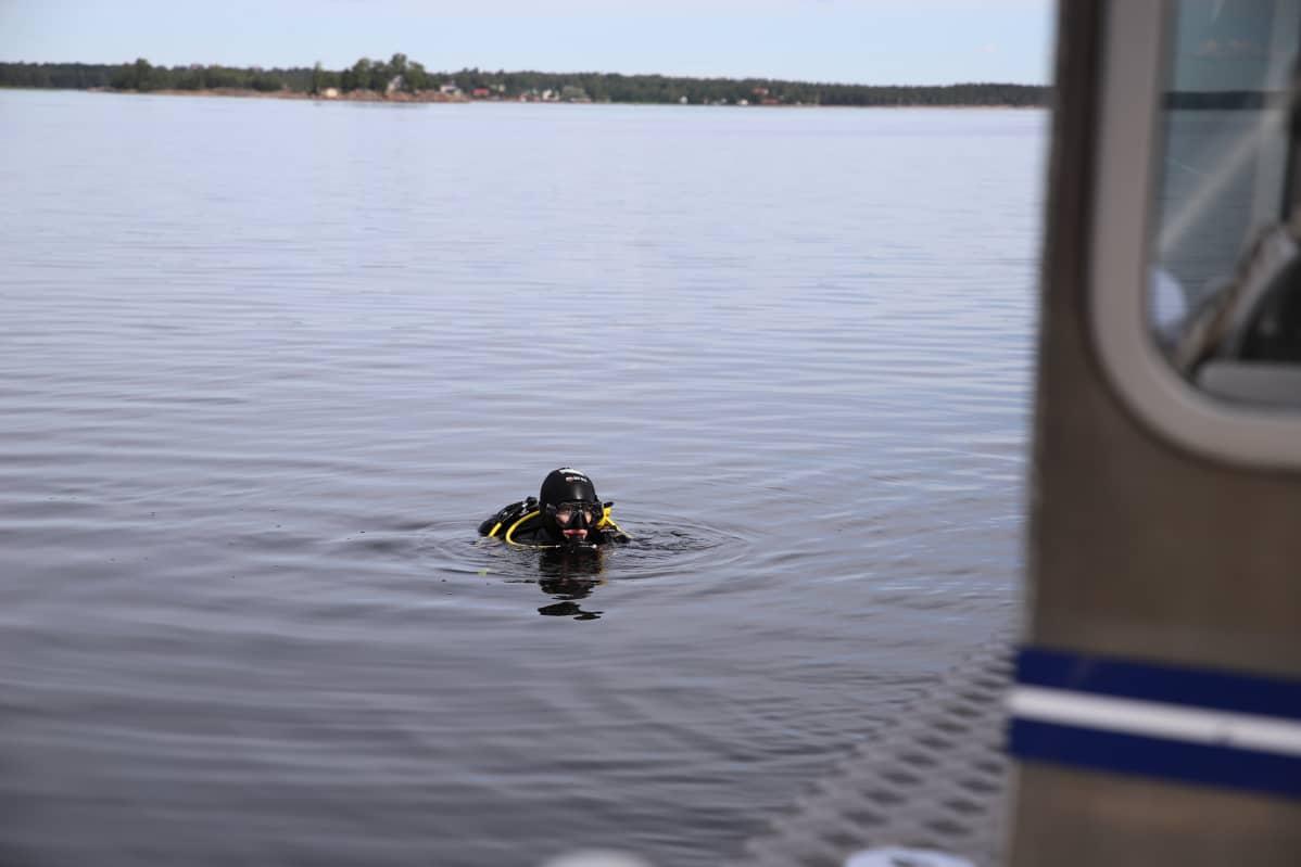 Sinikka Kärkkäinen vedessä aloittamassa sukellusta.