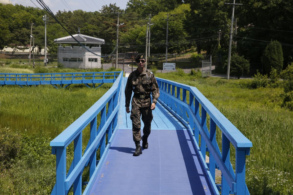 sotilas kävelee kävelysillalla
