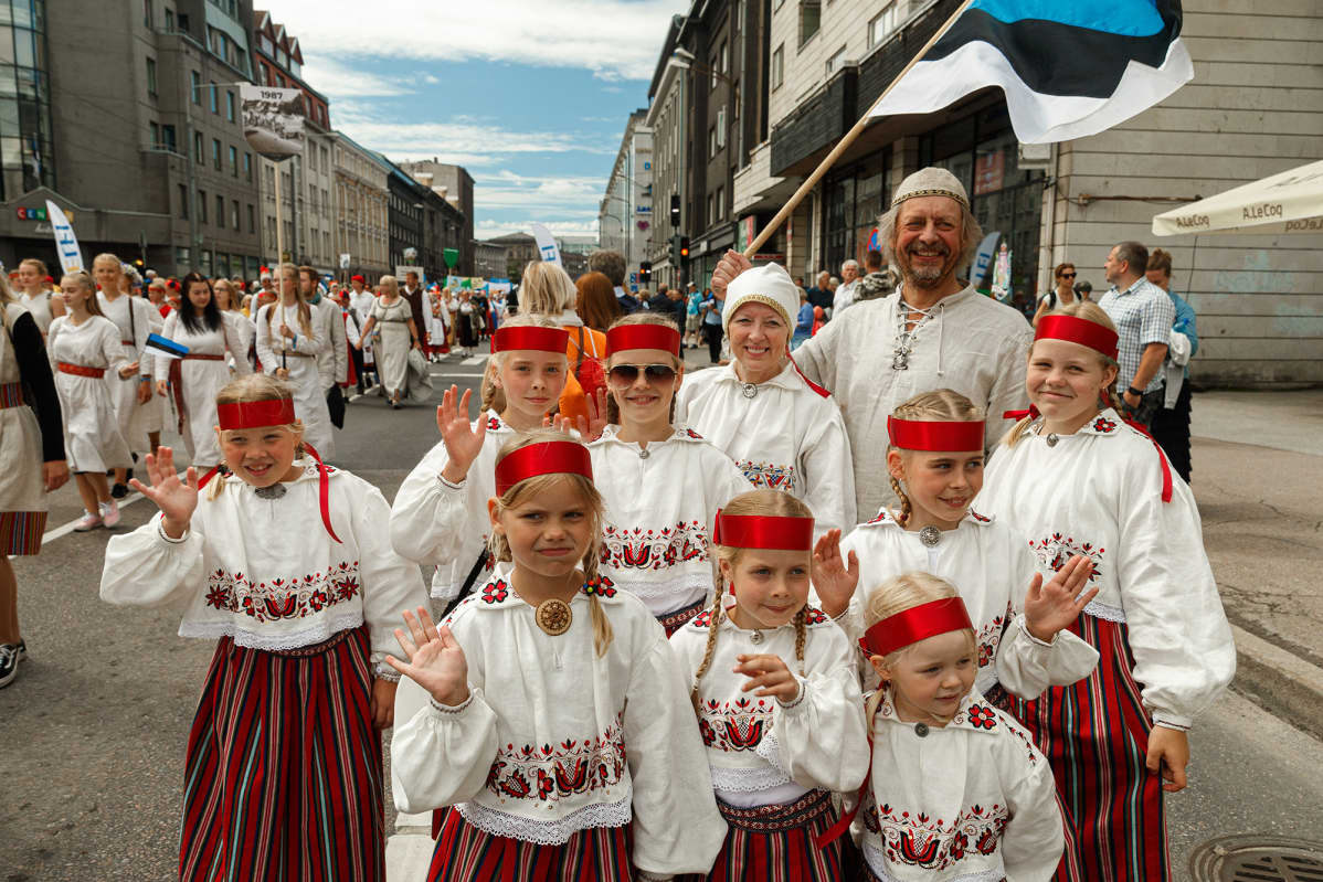 Marika ja Aivar Noormets osallistuivat juhlille kahdeksan lapsenlapsensa kanssa.
