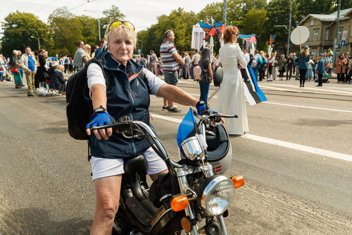 Evi Katetskaja oli tullut juhliin moottoripyörällä.