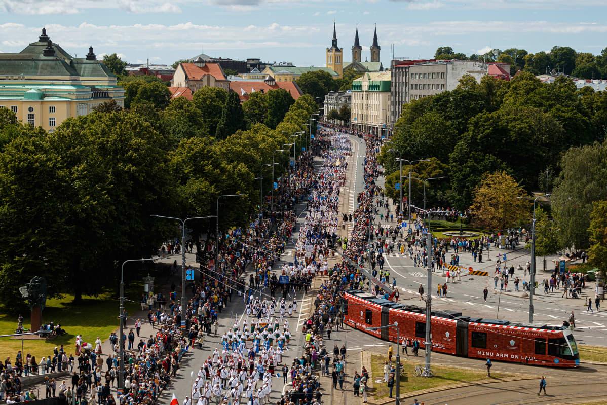 Kulkueeseen osallistui yli 47 000 laulajaa, tanssijaa ja soittajaa.