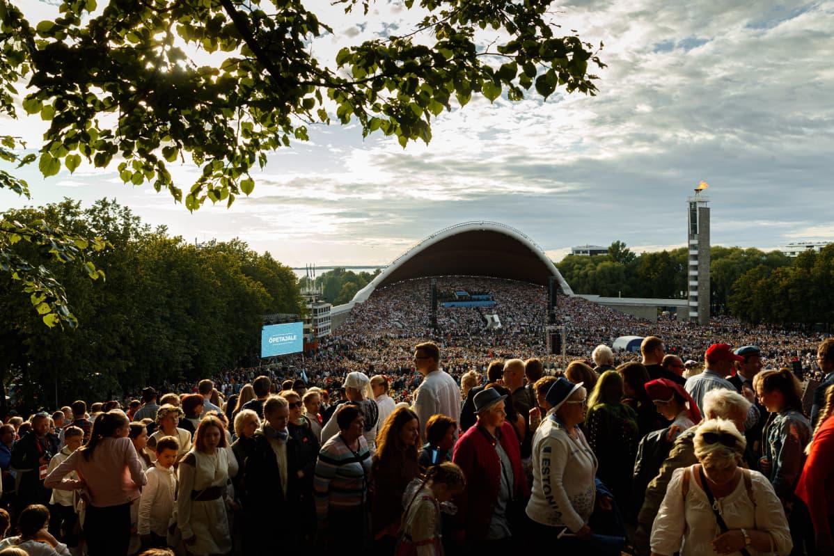 Tallinnan laulukenttä täyttyi juhlijoista.