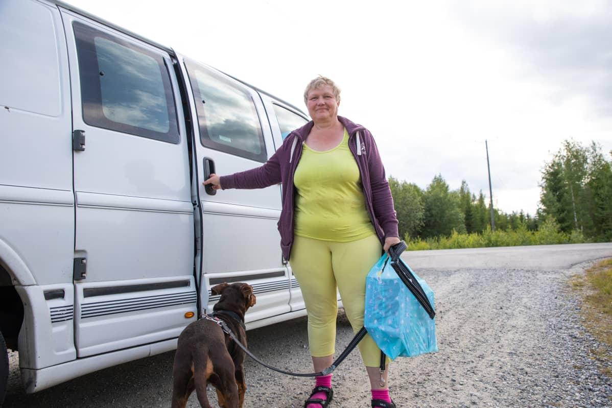 Kuopion Kaislastenlahdessa asuva Kristiina Karhunen saapui hakemaan jäätelöitä koiransa kanssa.
