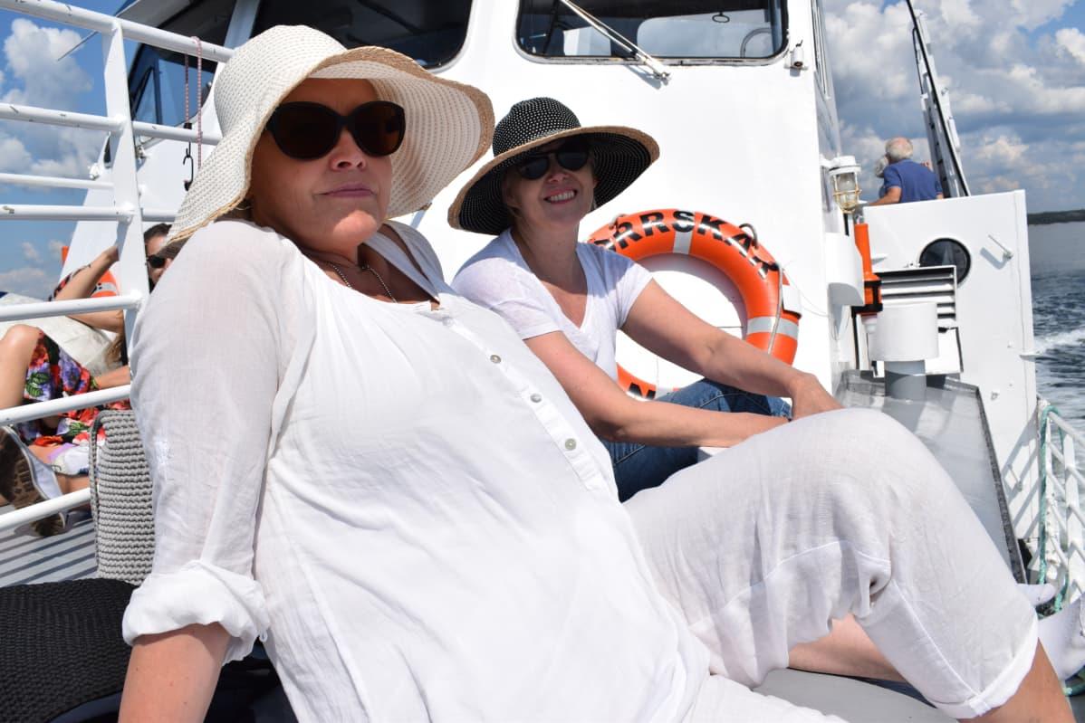 Kaksi naista risteilyaluksen kannella.