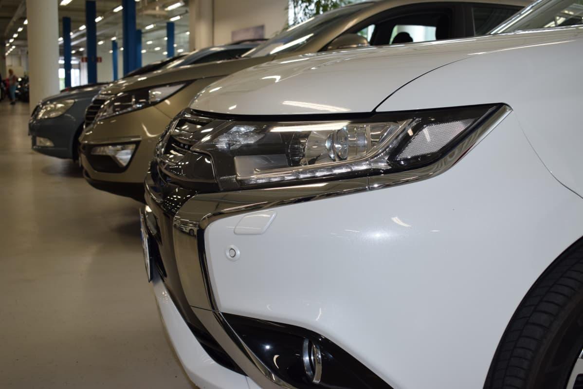 Ladattavia hybridejä rivissä autoliikkeessä.