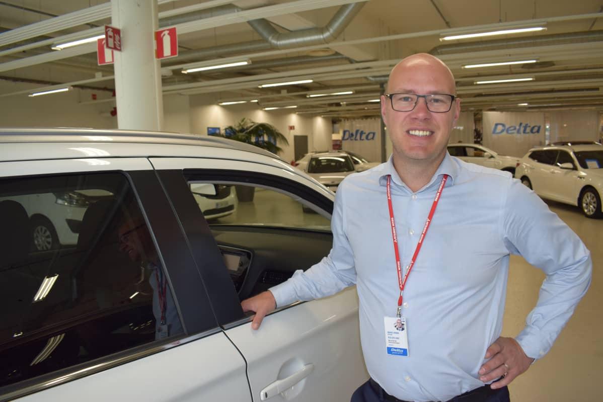 Automyyjä Markku Juvonen esittelee Delta Auton Turun liikkeessä ladattavia hybridejä