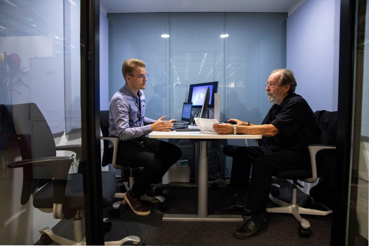 Matti Häirinen on nettipankki-palveluiden opetuksessa Kuopion Nordeassa.
