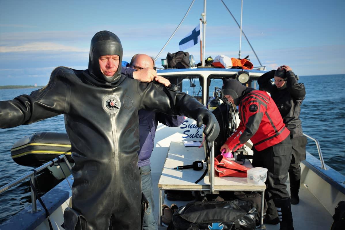 Pekka Anttila pukeutumassa sukelluspukuun