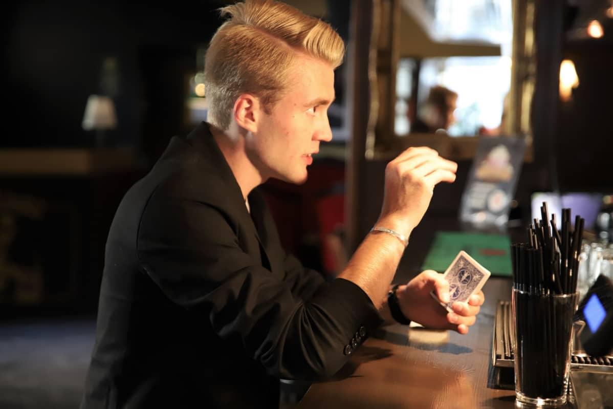 Aatu Itkonen esittää korttitempun baarissa.