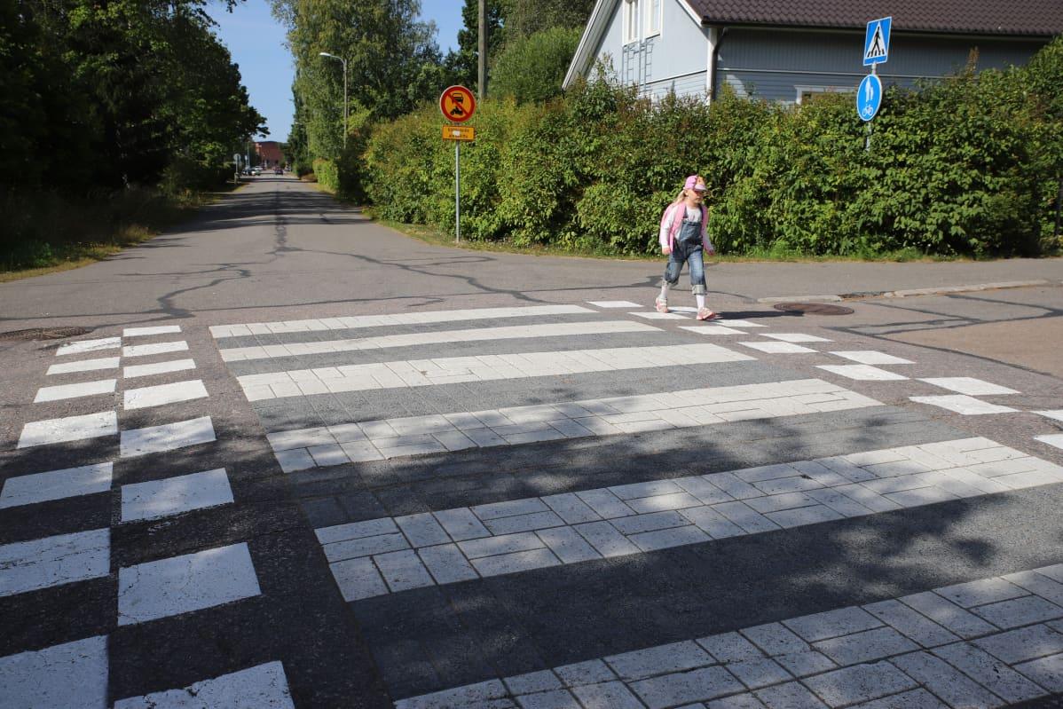 Hilda Häkkinen ylittää suojatietä.