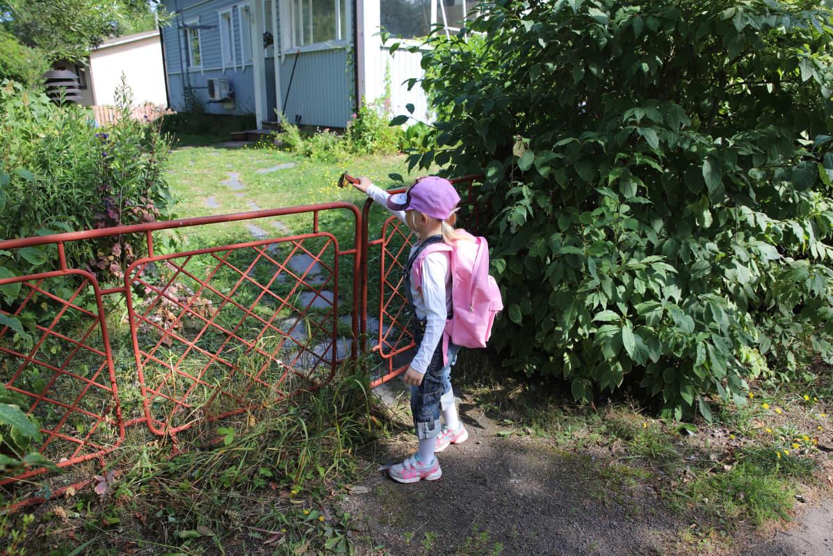 Hilda Häkkinen laittaa portin kiinni.