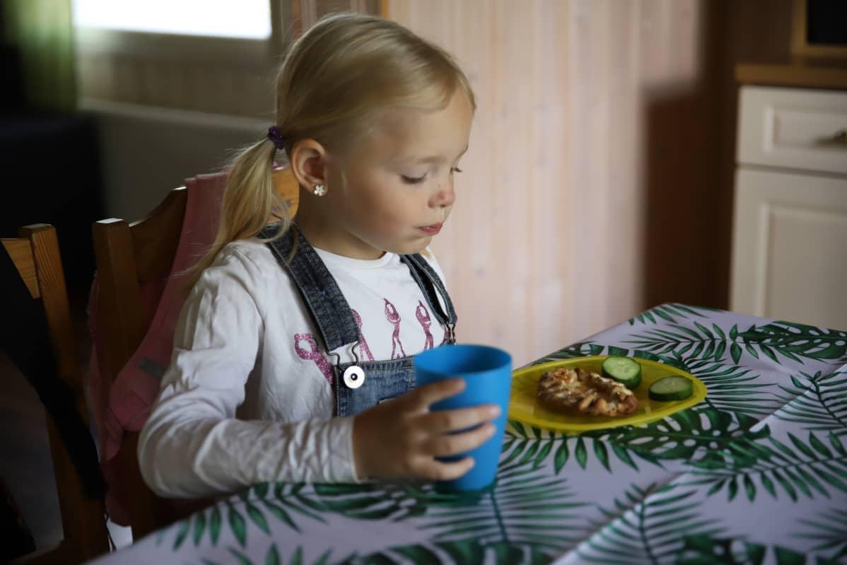 Hilda Häkkinen pöydän äärellä.